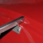 Detail motorkapsteun koets zijde